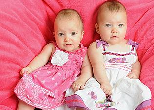 Nico - jobb oldalt - megmentette nővére, Kiki életét