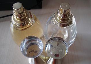 Látványos a különbség az eredeti (jobbra) és a hamisított parfüm között