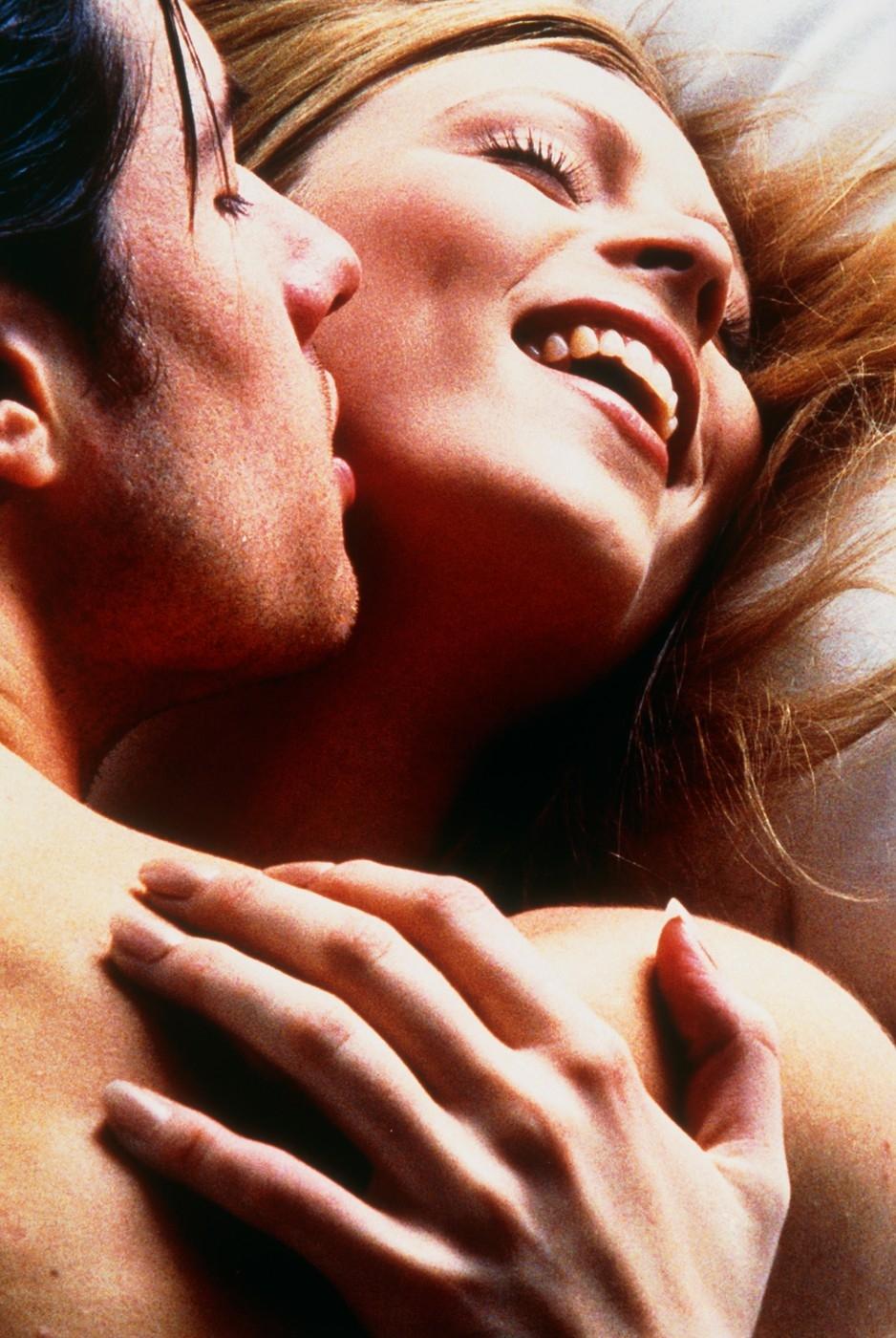 2 девки и парень - смотреть порно видео онлайн бесплатно