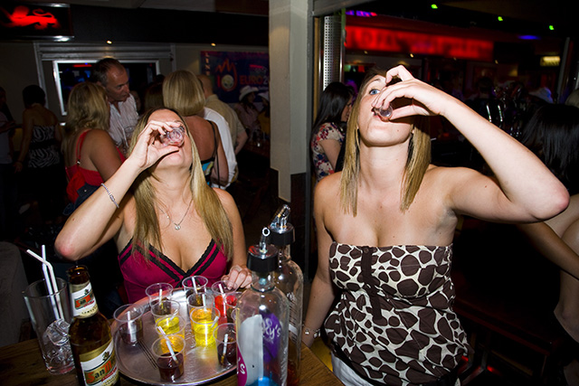 """""""Kockázatos"""" ivás és """"száraz"""" ivás – hogyan lehet megállítani az alkoholizmust Magyarországon?"""