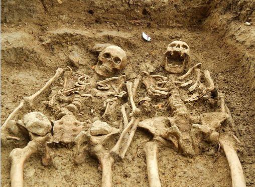 Szívszorító fotó! 700 éve fogja egymás kezét a szerelmespár