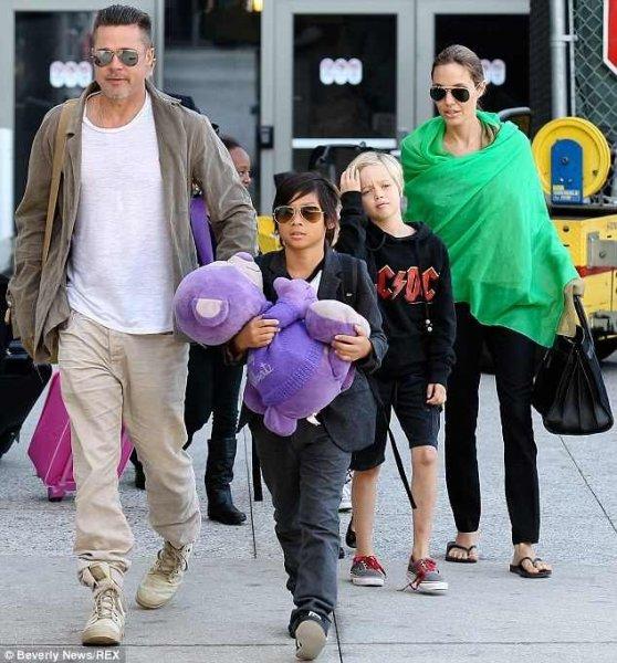 Így kényezteti felesége Brad Pittet