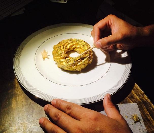 A 24 karátos arannyal borított fánkot viszik, mint a cukrot