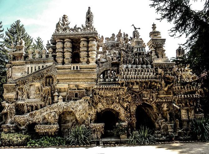 33 év alatt építette ezt a fura kastélyt egy postás