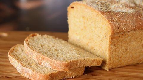 Friss hírek: A fiatalember az utolsó pillanatban vette észre, hogy kukacok nyüzsögnek a kenyerében.Forrás: Nők Lapja Café: Kukacok tekeregtek a frissen vásárolt kenyérben