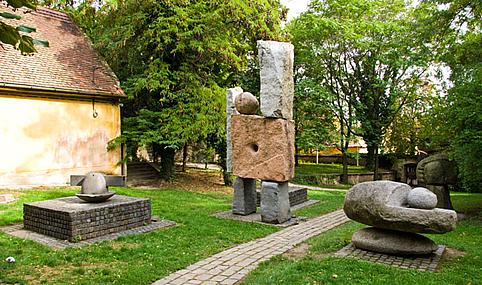 Amerigo Tot szobrai a Zsolnay Múzeum kertjében