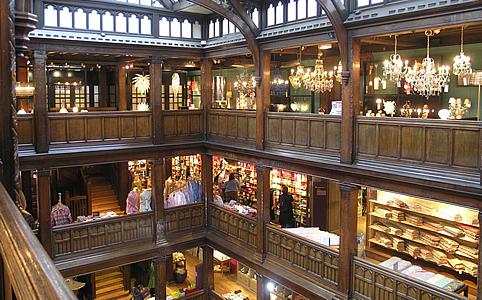 Impozáns Tudor-faburkolat, igazi angol árukészlet - ez a Liberty