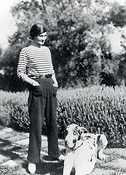Kedvelte a             férfias ruhadarabokat is, gyakran járt nadrágban